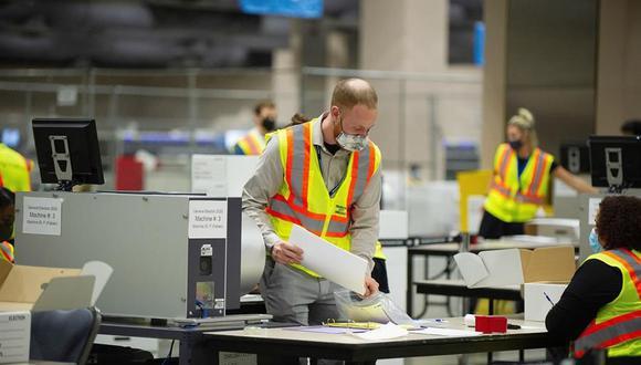 Las boletas continúan contabilizándose en el Centro de Convenciones de Pensilvania, en Filadelfia. (EFE / EPA / TRACIE VAN AUKEN).