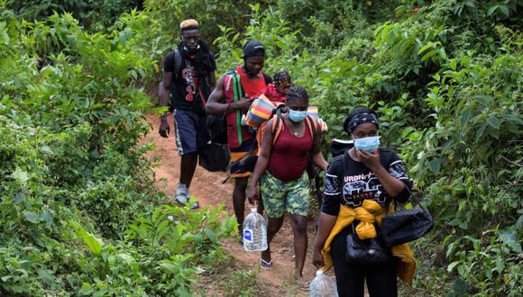 Migrantes de Haití, Cuba y varias naciones africanas caminan para intentar cruzar ilegalmente a Panamá por la selva, en Colombia. (Foto de Raúl ARBOLEDA / AFP).