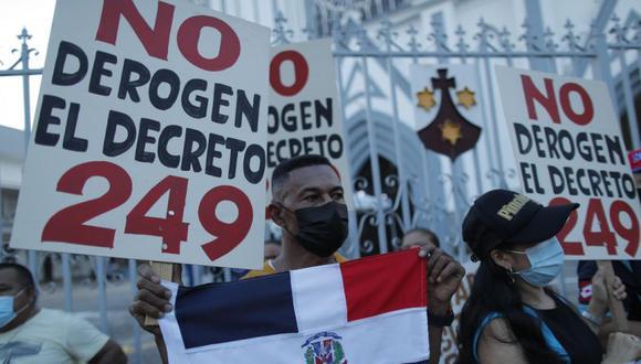 Grupos de inmigrantes protestan frente a la Iglesia del Carmen, en la vía España, en Ciudad de Panamá (Panamá). (Foto: EFE/ Bienvenido Velasco).