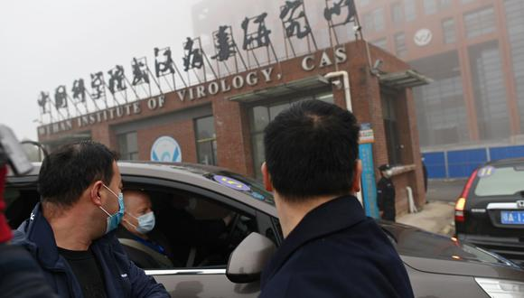 Los miembros del equipo de la Organización Mundial de la Salud (OMS) que investigan el origen del coronavirus COVID-19 llegan al Instituto de Virología de Wuhan. (Foto de HECTOR RETAMAL / AFP)..
