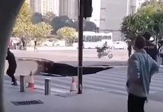 China: un sumidero se abre en plena calle y tres personas quedan atrapadas | Video