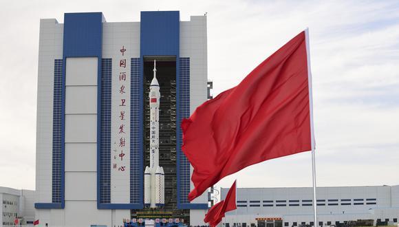 El cohete Larga Marca junto a la nave espacial Shenzhou-12. AP