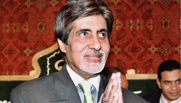 """Amitabh Bachchan fue dado de alta del hospital tres semanas después de haber ingresado con síntomas """"leves"""" de coronavirus. (Foto: STRINGER / AFP)"""