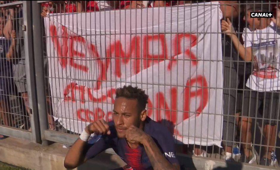 """Neymar se frotó los ojos como si estuviera sollozando. La llamativa celebración se dio detrás de una pancarta que criticaba la """"actitud llorona"""" del crack del PSG. (Foto: AFP)"""