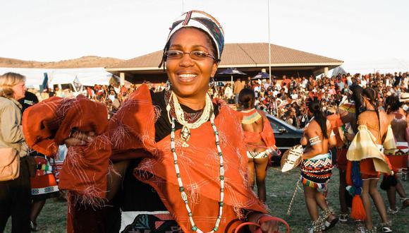 Esta foto de archivo tomada el 11 de septiembre de 2004 muestra a la reina zulú Mantfombi Dlamini Zulu participando en el festival anual de danza Umkhosi woMhlanga (danza de caña) en el Palacio Real de Enyokeni en Kwa-Nongoma, a unos 350 kilómetros al norte de Durban (Foto: Rajesh Jantilal/ AFP)