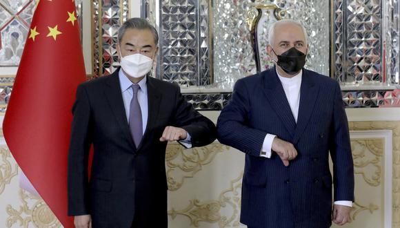 Los ministros de Relaciones Exteriores de China e Irán, Wang Yi y Mohammad Javad Zarif. AP