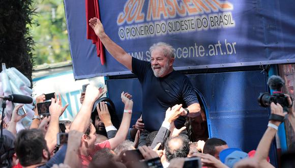 El expresidente de Brasil, Lula da Silva, junto a sus simpatizantes en el 2018. REUTERS