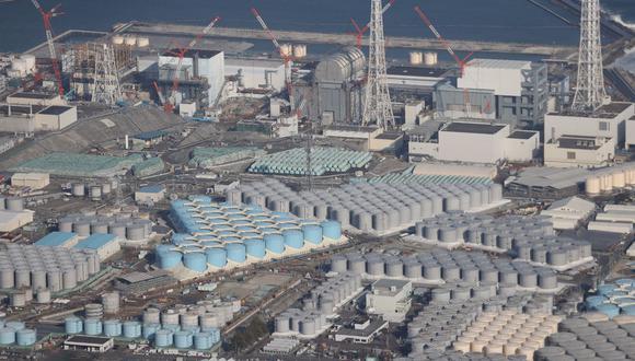 Esta fotografía tomada el 14 de febrero de 2021 muestra una vista aérea de la Planta de Energía Nuclear de Fukushima Daiichi de TEPCO y sus tanques para almacenar agua tratada. (JIJI PRENSA / AFP).