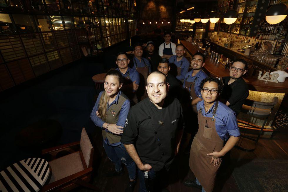 Aaron Díaz rodeado de su equipo de bartenders. Carnaval abrió sus puertas a inicios del 2018 tras varios años de desarrollo conceptual. (Foto: Alonso Chero/El Comercio)