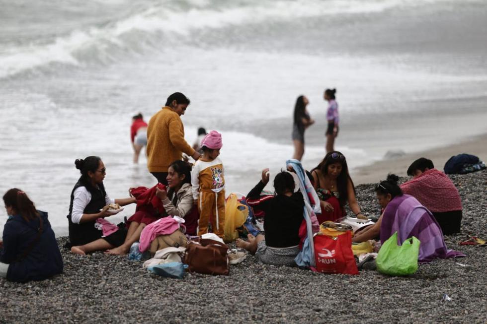 Pocas personas ingresaron al mar de la Costa Verde; muchas optaron por sentarse en la arena. La lluvia que cayó este martes sorprendió a los visitantes. (Foto: Jesus Saucedo/@photo.gec)