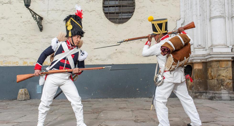 Erick Aguilar, de blanco, encarna a un soldado realista. A su lado, Pepe Abad es un granadero de la Legión Peruana de la Guardia. La Asociación de Recreación Histórica investigó más de un año para poder realizar este último traje. Es su aporte al bicentenario de la independencia. (Foto: Omar Lucas).