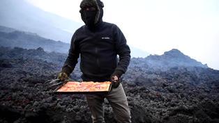 Así se hace una pizza sobre la lava de un volcán en Guatemala
