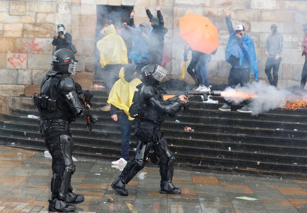 Members of ESMAD confront protesters in the Plaza de Bolívar in Bogotá. (EFE / Mauricio Dueñas Castañeda).