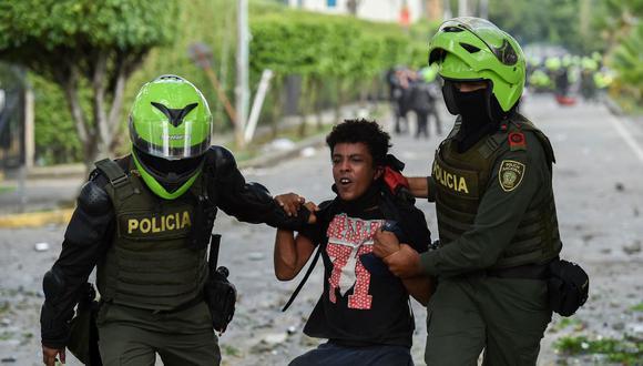 Policías arrestan a un manifestante durante una protesta contra el gobierno en Cali, Colombia, el 4 de junio de 2021. (Foto de Luis ROBAYO / AFP).