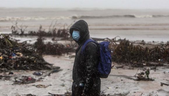 Un hombre camina en la playa en el barrio El Muelle en Bilwi, Puerto Cabezas, antes del impacto del huracán Iota. (Foto de STR / AFP).