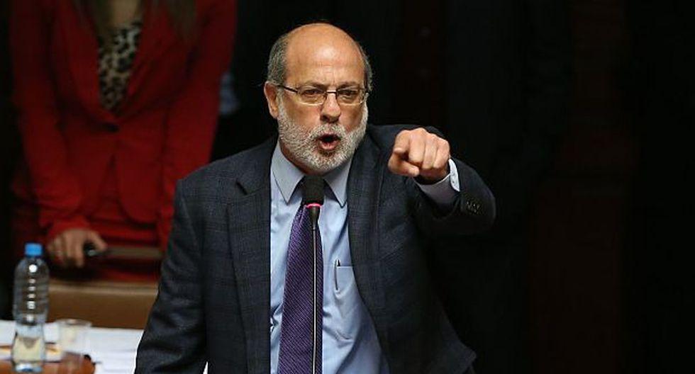 Líderes políticos le exigen disculpas públicas a Abugattás