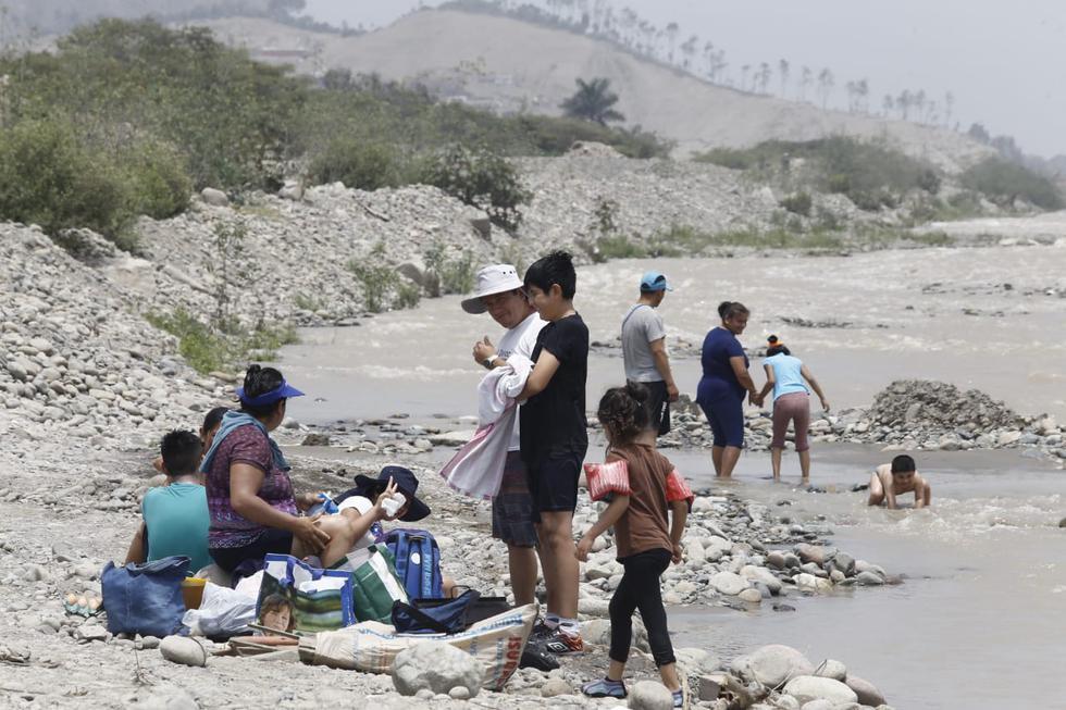 Decenas de personas asistieron a la ribera del río Lurín para disfrutar del sol este domingo ante las restricciones en el ingreso a las playas, medida vigente hasta el 17 de enero para prevenir contagios de coronavirus (COVID-19). ( Fotos: Jessica Vicente/@photo.gec)