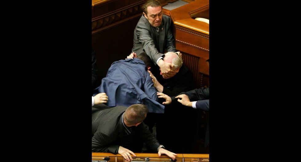 Ucrania: Diputados pelean a puñetes y patadas en el parlamento - 7