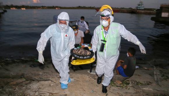 Personal médico transporta a un paciente de COVID-19 en la región Loreto durante la primera ola. (Foto: Cesar Von BANCELS / AFP)