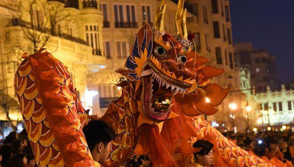 Se cree que realizar la danza del dragón ahuyenta a los espíritus malignos y toda la mala suerte asociada a ellos. El dragón trae buena suerte y riqueza (Foto: AFP)