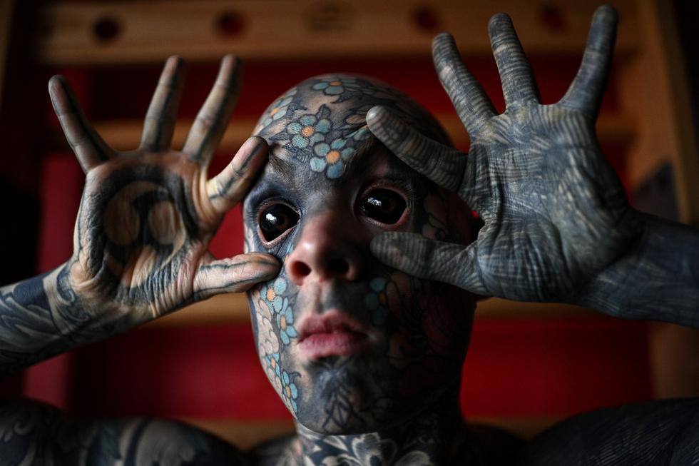 El maestro francés de primaria y entusiasta de los tatuajes Sylvain Helaine, conocido como  Freaky Hoody, posa durante una sesión el 22 de septiembre de 2020. (Foto: Christophe ARCHAMBAULT / AFP)