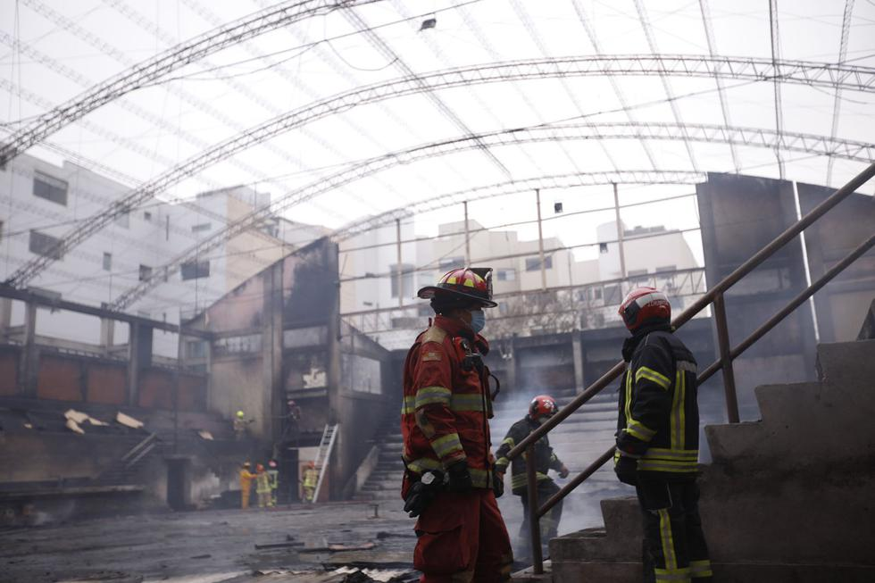 La cobertura de metal del coliseo acabó totalmente calcinada por las intensas llamas. Solo se reportaron pérdidas materiales. (Foto: José Rojas Bashe / @photo.gec)