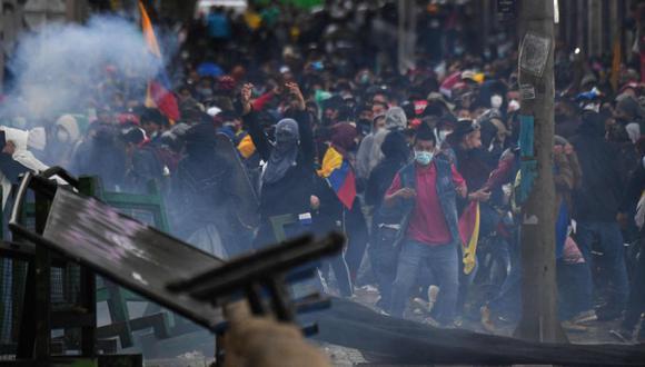 Manifestantes chocan con la policía durante una manifestación contra la reforma tributaria propuesta por el presidente colombiano Iván Duque, en Bogotá. (Foto: AFP / JUAN BARRETO).