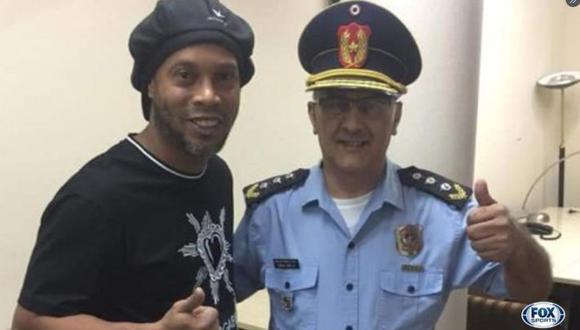 ¡No se lo quiso perder! Jefe de la comisaría aprovechó la diligencia para fotografiarse con Ronaldinho