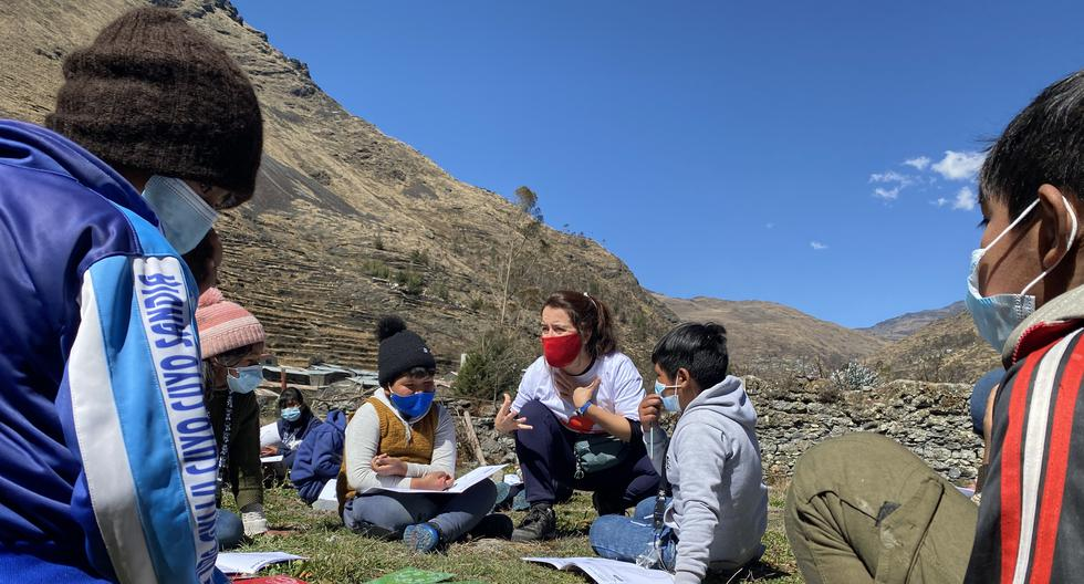 Arribas y su equipo han visitado en los últimos meses 44 tambos rurales en seis regiones del país. A estas zonas vulnerables llevaron material educativo e incluso laptops. (Foto: MAB Perú)