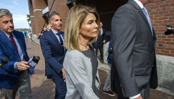 Lori Loughlin y su esposo a la salida de la corte en agosto de 2019. La actriz ha sido condenada a dos meses de prisión por su rol en el escándalo de admisiones a la universidad.  (Foto: Joseph Prezioso/AFP)