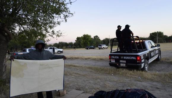 La policía de México impide que los migrantes haitianos crucen el río Grande en Ciudad Acuña, estado de Coahuila, el 23 de septiembre de 2021. (PEDRO PARDO / AFP).