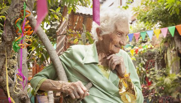 Dentro cuatro meses, Clementina Ramírez cumplirá cien años. Hace 80 años ella organizó las fiestas de carnaval en Barranco. Abajo: Clementina (extremo derecho) en sus veintes, en el parque de Barranco, cuando trabajaba para la municipalidad.  (Foto: Handrez García)