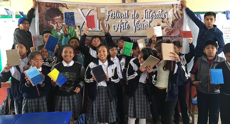 Los niños con sus libros terminados. (Foto: El Comercio)