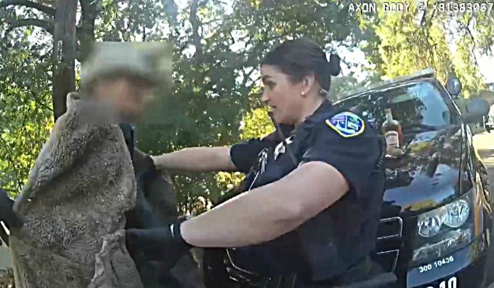 Se publicó en Facebook el instante en que una oficial de policía de Chico, California, se lleva un gran susto al toparse con un lagarto. (Foto: Captura)