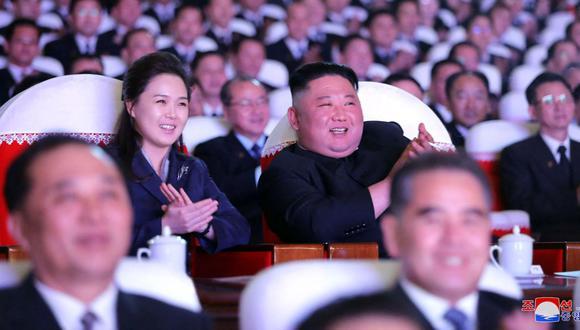 Esta foto tomada el 16 de febrero de 2021 muestra al líder norcoreano Kim Jong-un y a su esposa Ri Sol-ju viendo una actuación para celebrar el aniversario del nacimiento del presidente Kim Jong-il en el Teatro de Arte Mansudae en Pyongyang. (Foto: AFP).