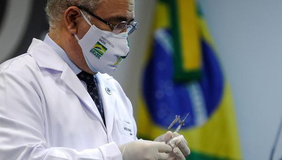 El Ministro de Salud de Brasil, Marcelo Queiroga, sostiene una dosis de la vacuna de Pfizer contyra el coronavirus COVID-19. (EFE/ Antonio Lacerda/Archivo).