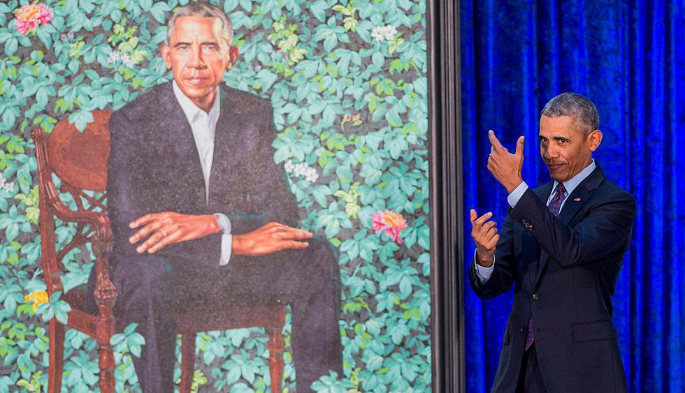 Former US President Barack Obama pretends to take a selfie as he looks at his by artist Kehinde Wiley after its unveiling at the Smithsonian's National Portrait Gallery in Washington, DC, February 12, 2018. RESTRICTED TO EDITORIAL USE - MANDATORY MENTION OF THE ARTIST UPON PUBLICATION - TO ILLUSTRATE THE EVENT AS SPECIFIED IN THE CAPTION  / AFP / SAUL LOEB / RESTRICTED TO EDITORIAL USE - MANDATORY MENTION OF THE ARTIST UPON PUBLICATION - TO ILLUSTRATE THE EVENT AS SPECIFIED IN THE CAPTION