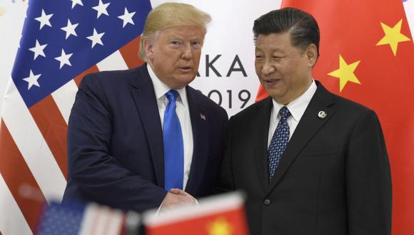 El presidente de Estados Unidos, Donald Trump, posa junto al presidente de China, Xi Jinping, durante una reunión en el marco de la cumbre del G-20 en Osaka, Japón. La cita se realizó en junio del 2019. (Foto: AP)