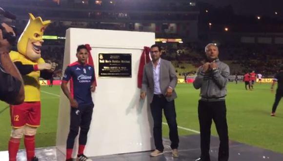 Raúl Ruidíaz recibió placa honorífica en el estadio Morelos