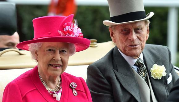 En esta foto de archivo tomada el 16 de junio de 2015, la reina Isabel II de Gran Bretaña y el príncipe Felipe, duque de Edimburgo, llegan en un carruaje al evento anual de carreras de caballos Royal Ascot cerca de Windsor. (Foto de Ben STANSALL / AFP).