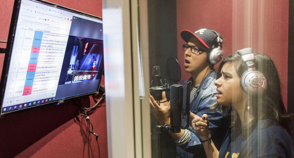 Equipo de Torre A Doblaje que se dedican a la Industria del doblaje de películas en el Perú.En la foto Javier Jugo y Pilar Soto en el estudio de grabación.