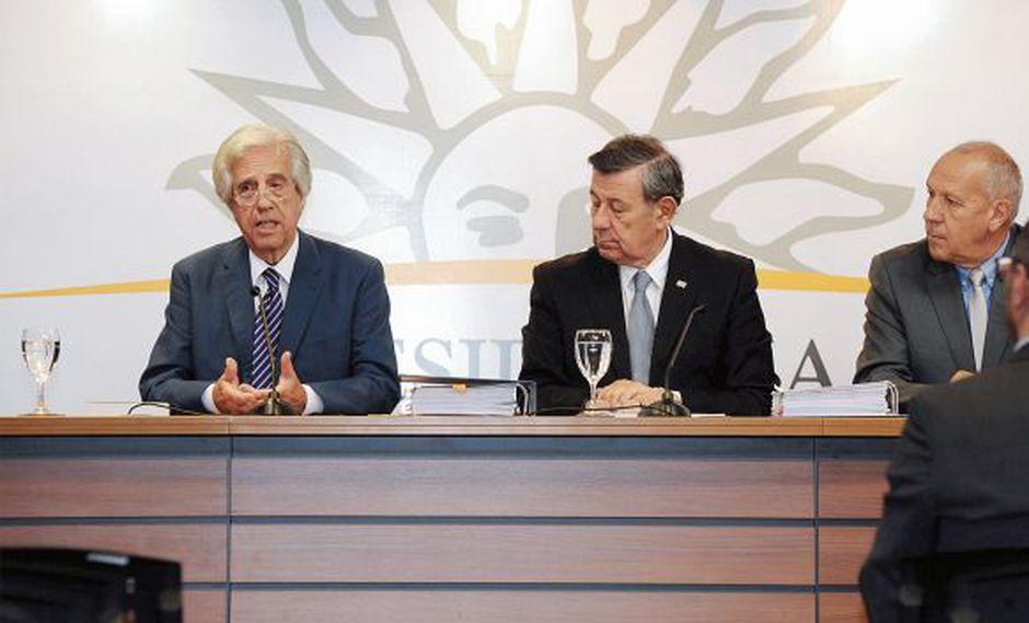 El presidente de Uruguay, Tabaré Vázquez (izq.), dio la noticia junto a su canciller Rodolfo Nin. (Foto: Presidencia de Uruguay)