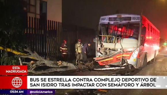 Bus previamente derribó un semáforo y un árbol, lo que permitió amortiguar la colisión con las rejas del complejo deportivo en San Isidro. (Captura: América Noticias)