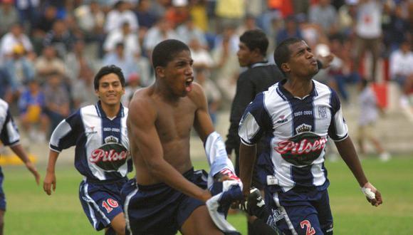 Jefferson Farfán celebrando un gol en la final del torneo Sub 20 de 2002, entre Alianza Lima y Sporting Cristal. (Foto: Lino Chipana / Archivo El Comercio)