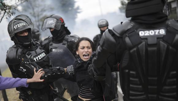Imagen referencial en la que se ve a la policía de Bogotá, Colombia, detener a una manifestante que protestaba contra el presidente Iván Duque. AP