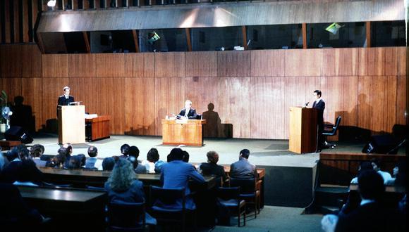 Lima, 3 de junio de 1990.   Debate entre los candidatos presidenciales Mario Vargas Llosa y Alberto Fujimori  Foto: GEC Archivo Histórico