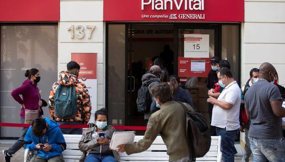 Un grupo de personas hace fila en la sucursal de una Administradora de Fondos de Pensiones (AFP) este lunes 3 de mayo de 2021 en Santiago de Chile. (EFE/Alberto Valdés).