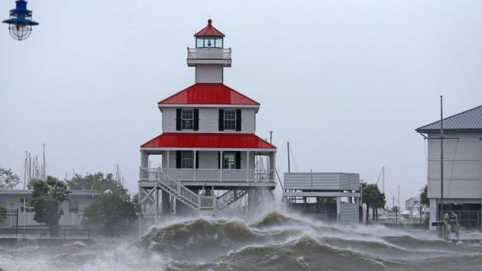 The waters of the Mississippi River were very rough in the vicinity of New Orleans. At one point, the riverbed reversed its direction, according to various reports in the local press, a phenomenon rarely seen. (REUTERS).
