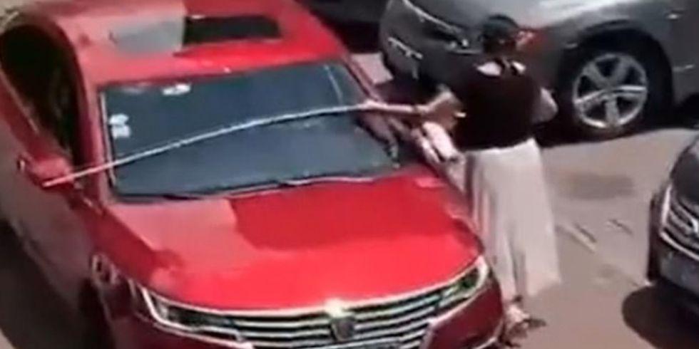 La mujer midió su vehículo poco antes de intentar ocupar el espacio libre del estacionamiento. (Foto: Captura)