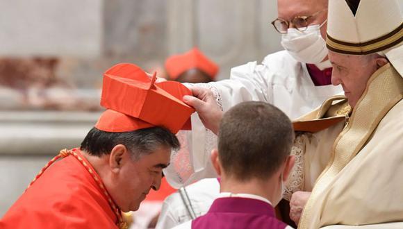 El obispo emérito mexicano Felipe Arizmendi Esquivel de San Cristóbal de Las Casas (izquierda) recibiendo su sombrero de birrete cuando es nombrado cardenal por el Papa Francisco (derecha) durante un consistorio para crear 13 nuevos cardenales en la Basílica de San Pedro en el Vaticano. (Foto: AFP PHOTO / VATICAN MEDIA).